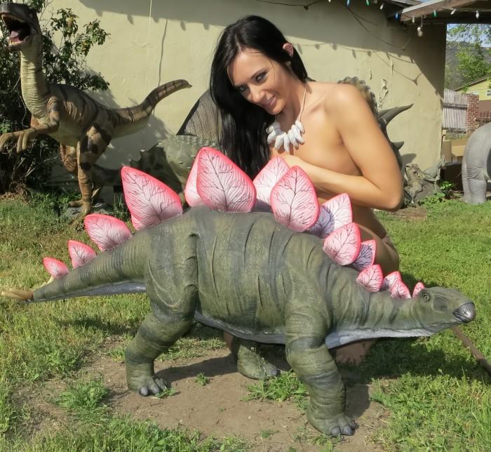 Stegosaurus-statue-700x644