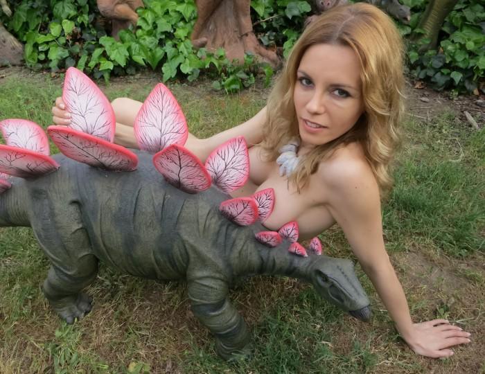 Stegosaurus statue3