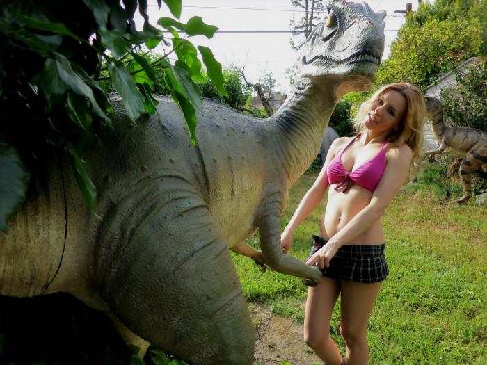 Allosaurus-statue1-700x525