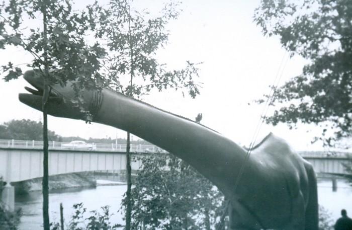 Apatosaurus statue
